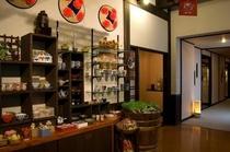 ギャラリーの様な売店。作家物の器や洒落たアクセサリーが並びます。