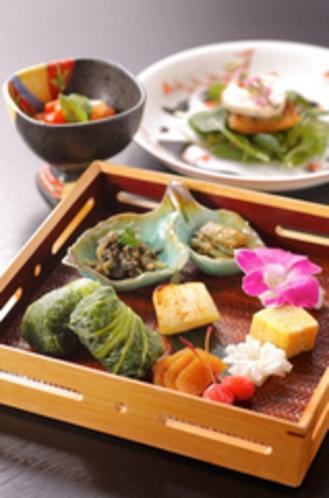 お食事を最後までお楽しみ頂ける様、ご飯は野沢菜でくるんで【一例です】