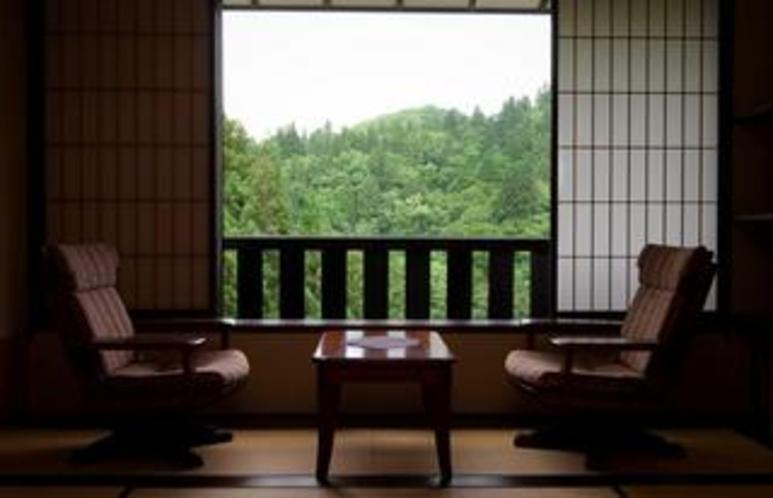 遠くの山々の風景が、懐かしい記憶を引き寄せる。