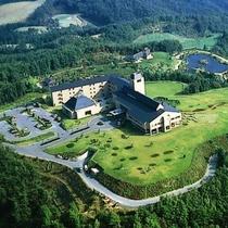 外観|緑あふれる広大な敷地には周りの山々と調和された 1万坪の日本庭園が広がり、美しい景色が自慢です