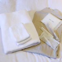 *【客室設備】バスタオル、寝巻き、アメニティ