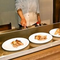 ・鉄板グリルでお肉を焼き上げます・