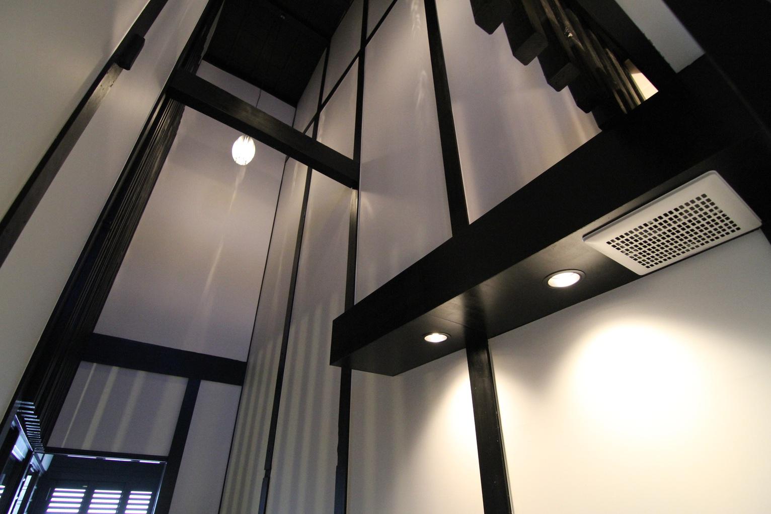 火袋、土間、天井の梁など京町家本来の姿を残しております。