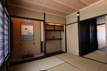 2階の和室は床の間のある純和室で、落ち着いた空間です。