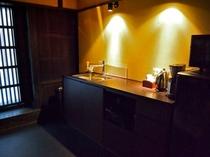 庵 さき玉屋町町家 1Fキッチン コーヒーメーカー、給湯ポットを備えております。