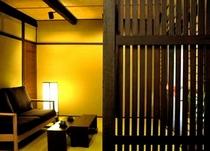 庵 石不動之町町家 1F リビングと台所を格子戸が隔てます。町家らしい意匠です。