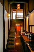 庵 筋屋町 キッチンの横には2Fにあがる2つ目の階段があります。何に使われていたかは、スタッフまで