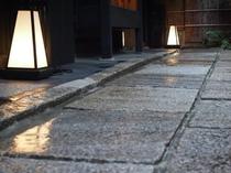 庵 さき玉屋町町家 町家の前の石畳の通路です。江戸時代初期の石畳は、歴史の重みを感じさせます。