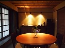 庵 さき玉屋町町家 1Fキッチンには、テーブルと椅子がございます。
