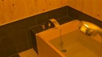 庵 さき玉屋町町家 1Fのお風呂 ゆったりと湯船に浸かり、旅の疲れを癒して下さい。