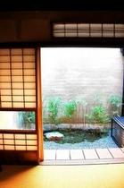 庵 石不動之町町家 1Fリビングから見えるお庭です。小さい庭ですが、安らぎを与えてくれます。