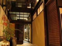庵 西陣伊佐町町家 1F玄関です。左には井戸、奥には西陣織の工房。趣ある町家暮らしをご体験ください。
