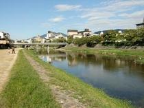 庵 和泉屋町町家 風景 早朝に、鴨川を散歩してみてはいかがでしょうか。