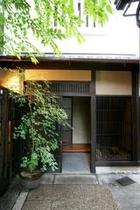 庵 和泉屋町町家 通路の奥の玄関です。