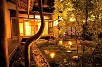 庵 美濃屋町町家 ライトアップした坪庭です。昼間とは違った雰囲気を楽しめます。