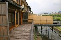 庵 美濃屋町町家 テラスからの川床の眺め。鴨川に面した美濃屋町町家ならではの景色です。