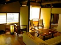 庵 三坊西洞院町町家 2Fの洋室です。ソファとロッキングチェアを備えております。