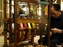 庵 西陣伊佐町町家 工房 職人さんの手によって紡ぎだされる西陣織。