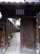 庵 和泉屋町町家 道路から町家の通路入り口にある門です。