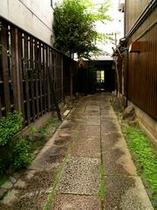 庵 和泉屋町町家 町家へと続く、石畳の通路です。