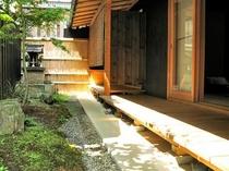 庵 三坊西洞院町町家 南側の坪庭です。奥には、小さな祠が建っております。