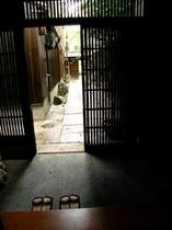 庵 和泉屋町町家 玄関内側から、格子戸を通して見る景色は、ひと味違います。