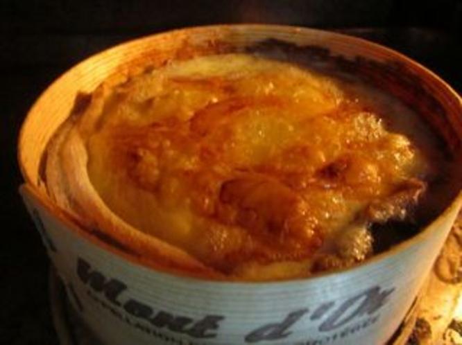 モンドールチーズをオーブンで焼きます。