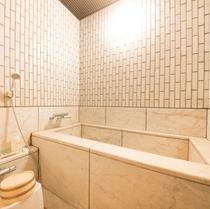 客室の浴槽(浴槽のお湯は温泉です。)