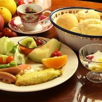 朝食。ボリュームたっぷり!新鮮野菜で元気な朝を♪