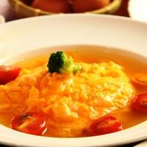 夕食。ふんわりとろとろスープオムライス♪人気の「青山の玉子」を使用しています。