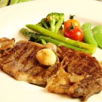 夕食。A5和牛ステーキ。じゅわっと広がる旨みを堪能♪