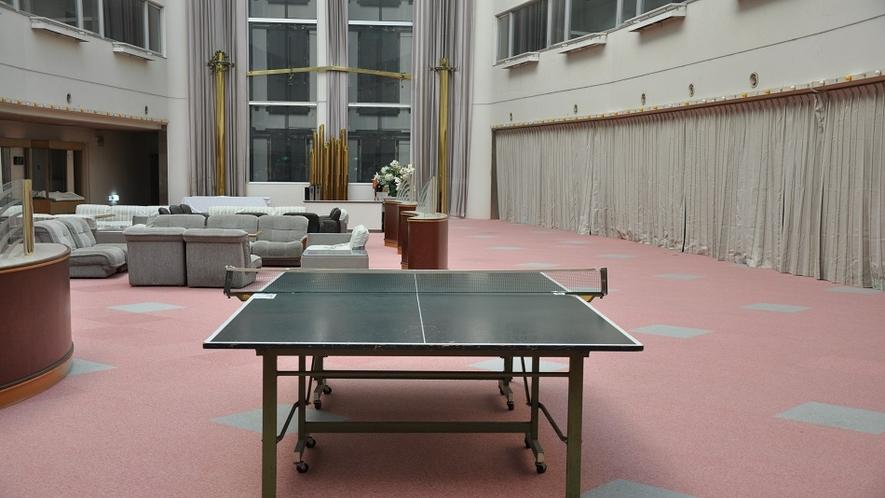 広いロビーに置かれた卓球台★フロントでラケットとボールをお貸しします♪