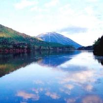 *秋の湯の湖