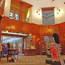 *【ロビー&売店】自然木のぬくもりが漂う空間。売店には、ゴルフウェアなどが揃っています。