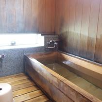 *【客室風呂】古代檜造りのバスルームを全室完備。