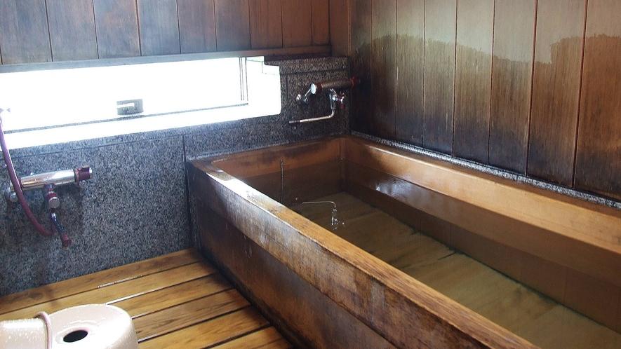 *客室風呂/ゆったりと足ものばすことができる、檜造りのバスルーム。
