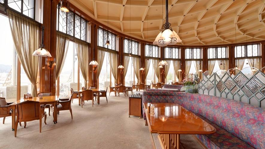 *レストラン/高い格天井と列柱でゆったりと構成されたレストラン「桜」。