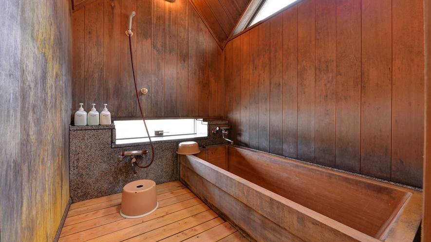 *客室風呂/古代檜造りのバスルームを全室完備。