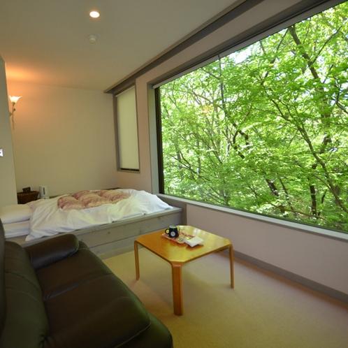 【シングルルーム】採光の良い大きな窓の外にはあだたらの森がすぐそこにあり、日常の疲れを癒します。