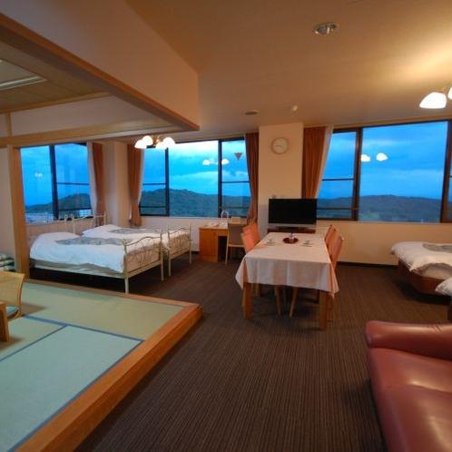 【和洋室グループルーム】4つのベッドと和室、内風呂を備えたご家族やグループ旅行に適したお部屋です。