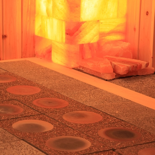 【スーパー陶盤浴】一般的なサウナと比べて低温・低湿度なので、 息苦しさや身体への負担も少ないです。