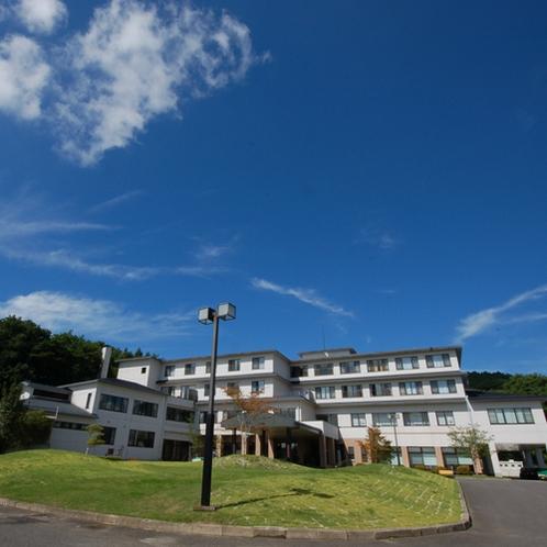 【空の庭リゾート】旅館が立ち並ぶ温泉街から少し離れた森の中にあります。空も高く広く感じます。