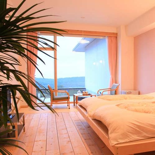 【露天風呂付スイートルーム 306号室】淡いピンクと白の壁が無垢の床板から温かさが伝わってきます。
