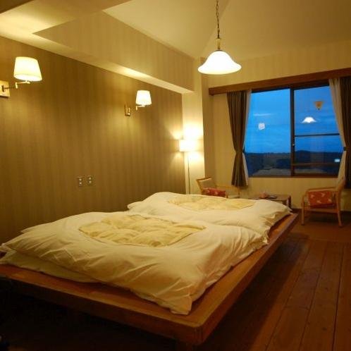 【洋室 和ベット】お部屋に一段高い畳の間を設けお布団を敷いた、和と洋の雰囲気があるお部屋です。
