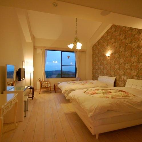 【洋室】ヒマラヤ岩塩でできたルームランプの灯りにつつまれる、カップルやご夫婦に人気のお部屋です。