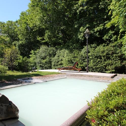 【露天風呂】気候によって白濁する源泉100%かけ流し。美肌の湯とも言われる化粧水のような温泉です。
