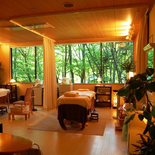 【森のエステ】窓の外に広がる木々や100%天然由来のオイルは自然に包まれた癒しの空間を演出します。