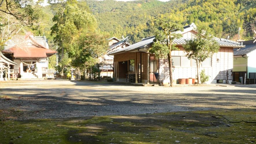 *紫尾温泉共同浴場 (写真右)隣にある紫尾神社(同左)の神殿下が泉源ゆえに「神の湯」と呼ばれます。