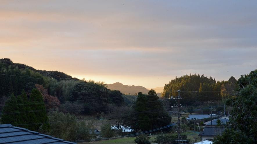 *【お部屋からの景色】美しい里山の風景をお楽しみくださいませ。