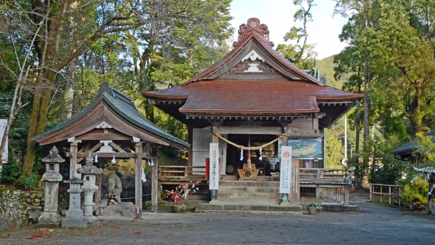 *【紫尾神社】当館から徒歩2分。この拝殿下より「神の湯」がパイプで当館に送られています。